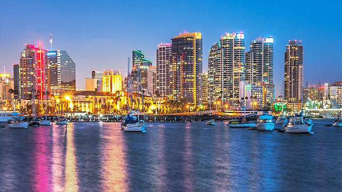 Panorama de Miami ao cair da noite com barcos no porto