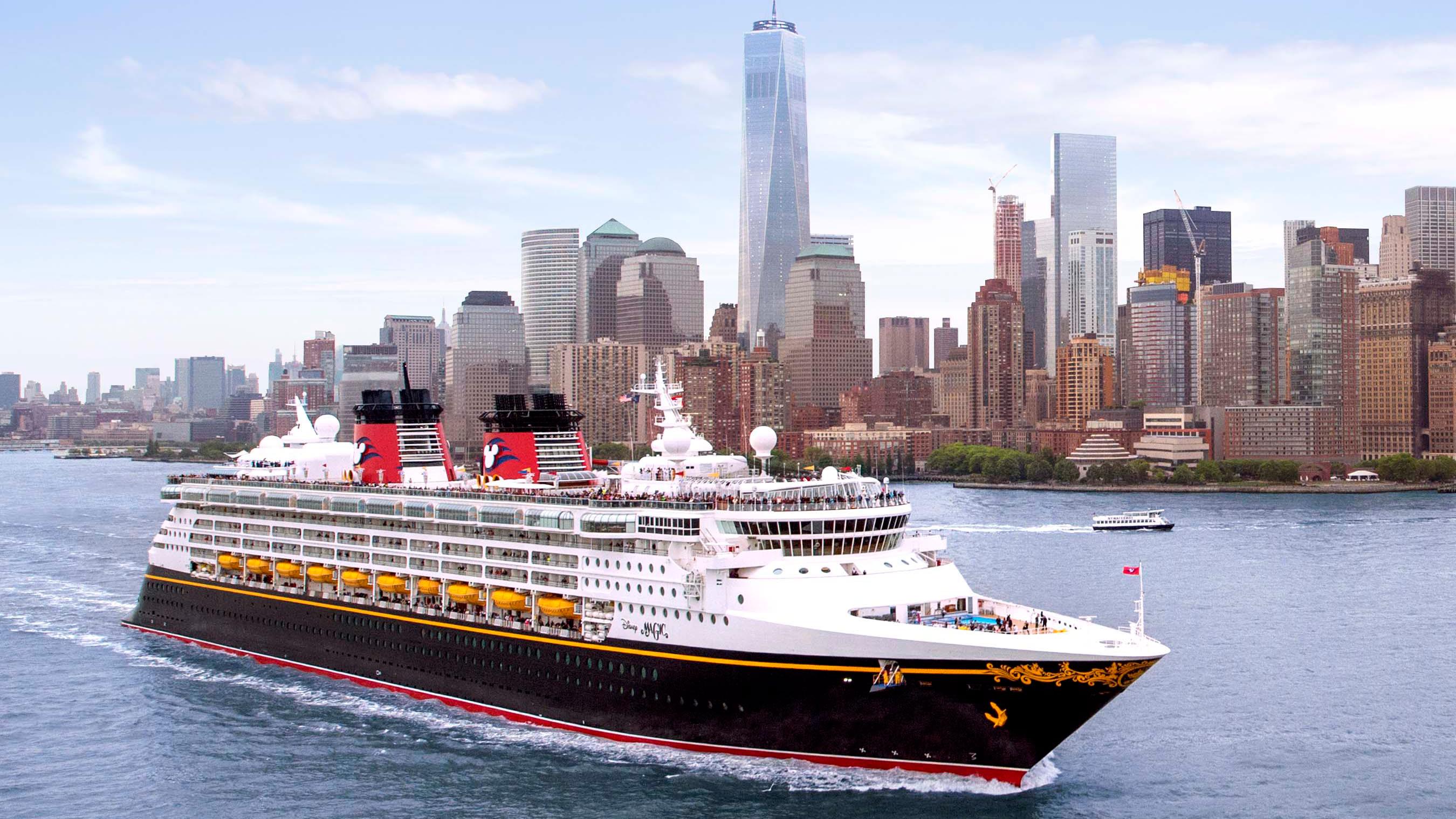 Um navio da Disney Cruise Line navega pelo porto no entorno de Manhattan