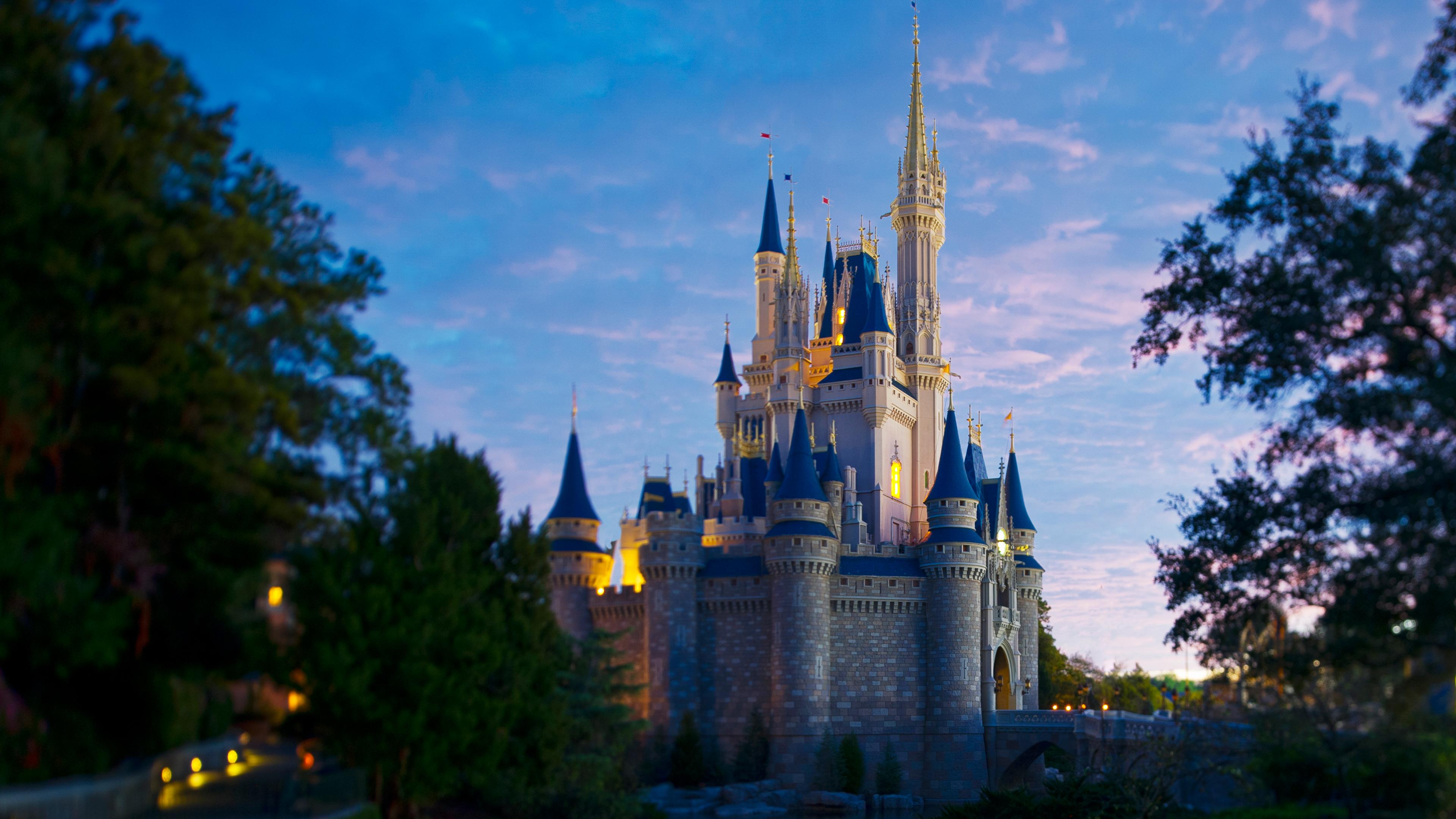 Castelo da Cinderela iluminado pelo pôr do sol no Walt Disney World Resort na Flórida