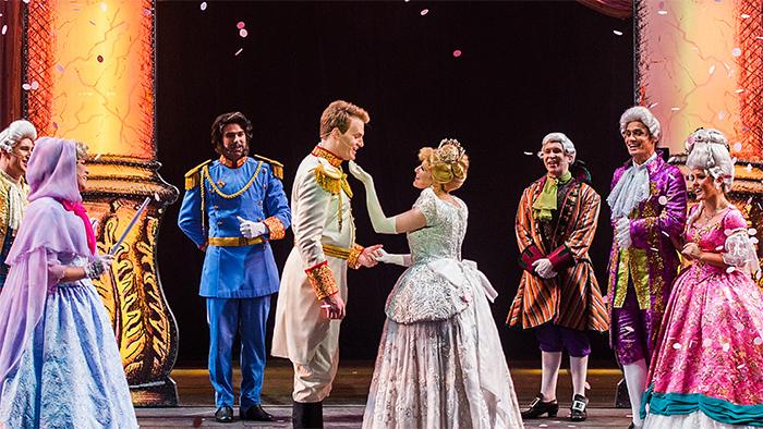 Cinderela encontra o Príncipe no Baile Real durante uma apresentação de Twice Charmed, uma releitura da história da Cinderela