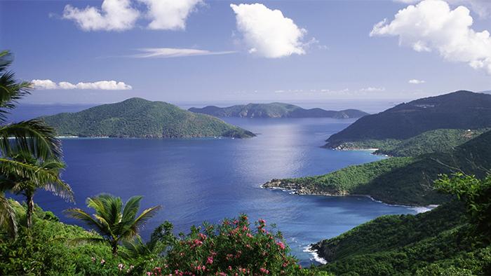 Nuvens, oceano e a flora das ilhas criam um destino tropical tranquilo no Caribe oriental