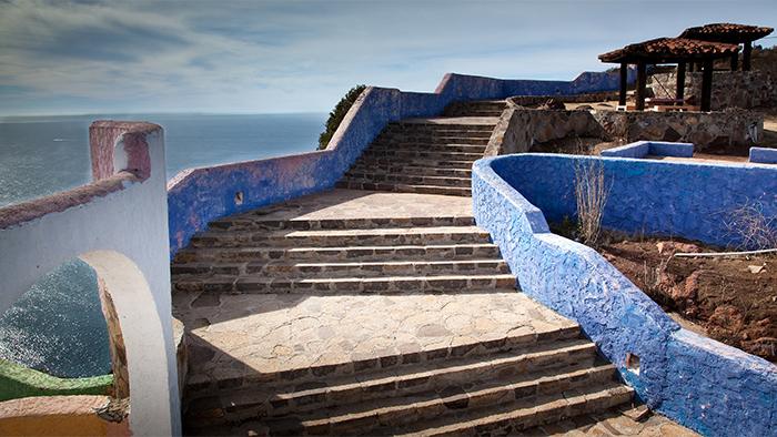Uma escada ao ar livre leva a gazebos com vista para o mar