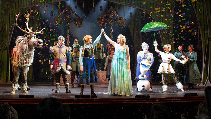 Una presentación de Frozen en el escenario del Walt Disney Theatre