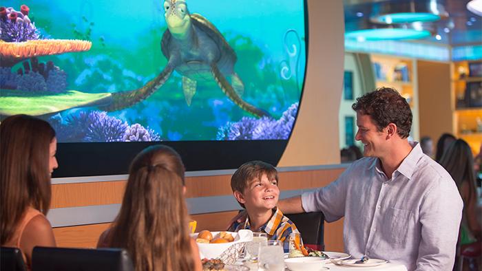 Pai, mãe e filha cumprimentam Tiana durante uma refeição no Tiana's Place